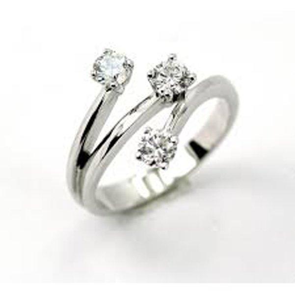 anello con tre diamanti