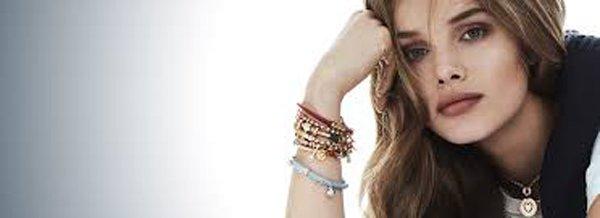 modella con vari braccialetti al polso