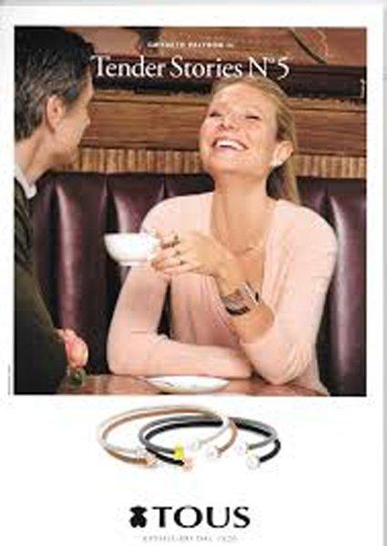 attrice sorride e beve caffe  durante una pubblicita per bracciali