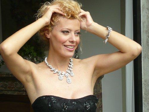 modella bionda con mani alzate in posa per gioielli