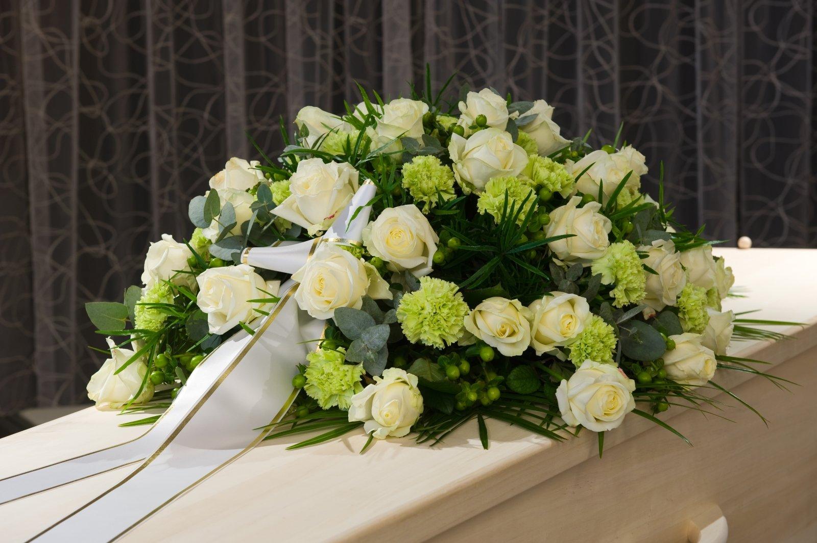 corone di rose e garofani gialli