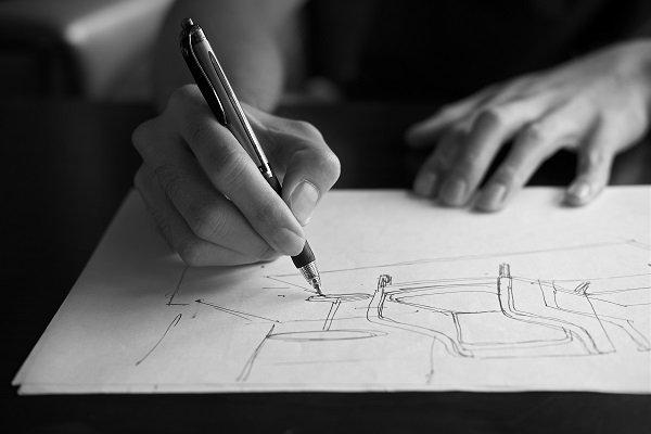 una mano con una penna mentre disegna