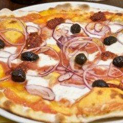 pizza con cipolle e olive nere