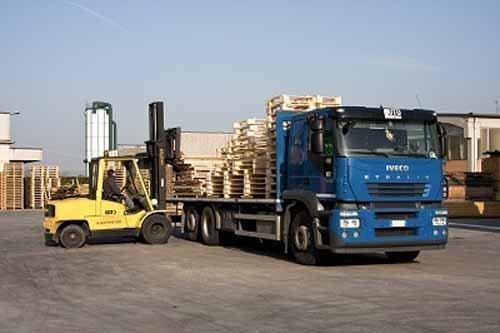 camion con imballaggi in legno per trasportare