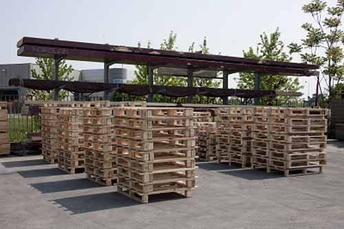 fila di imballaggi in legno