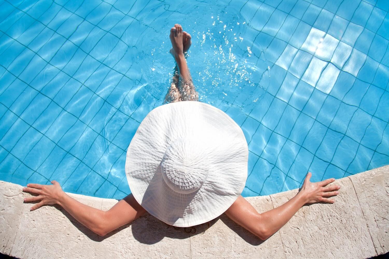 Signora si rilassa in piscina
