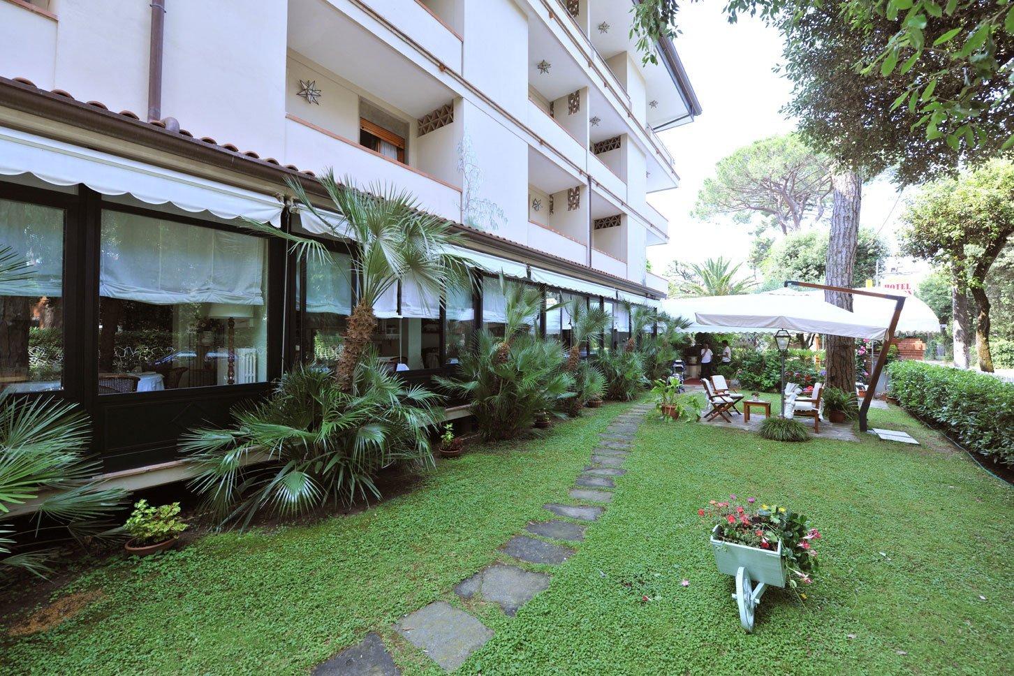 giardino di un hotel con sentiero in pietra
