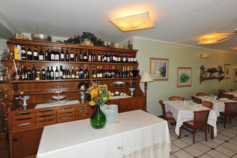 Ristorante con mobile per vini