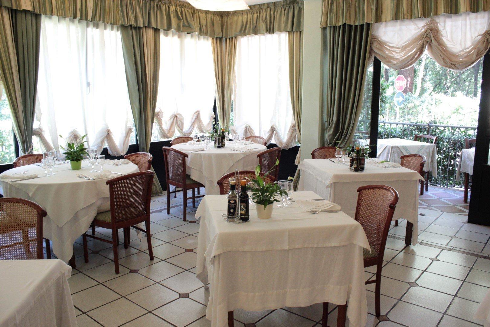 sala di un ristorante con tavoli