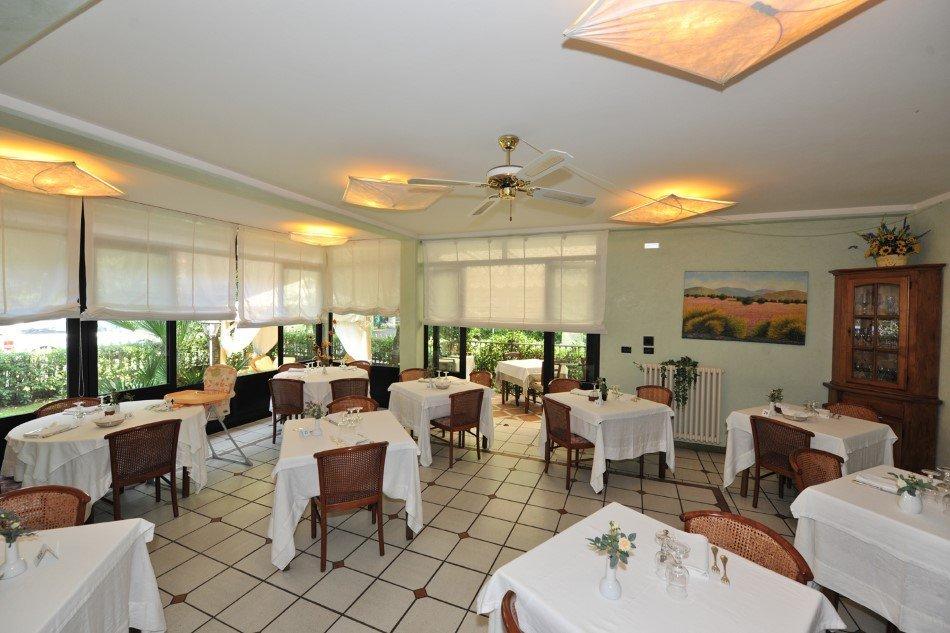 Tavoli ristorante con vista su giardino