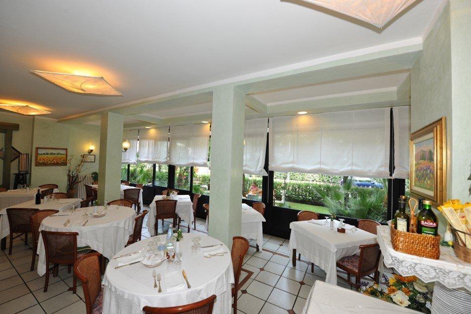 Tavoli ristorante con vetrata