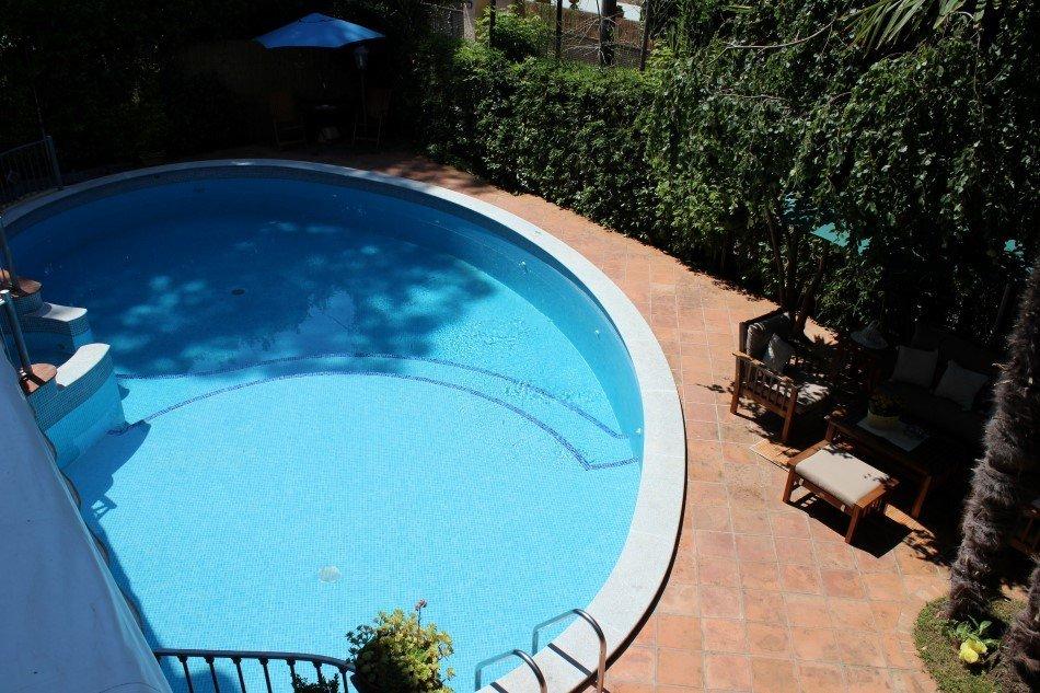 Particolare piscina all'aperto hotel Kyrton