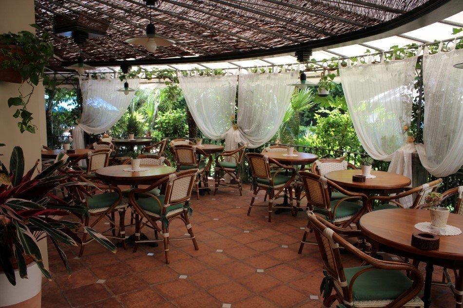 Eleganti tavoli di ristorante all'aperto
