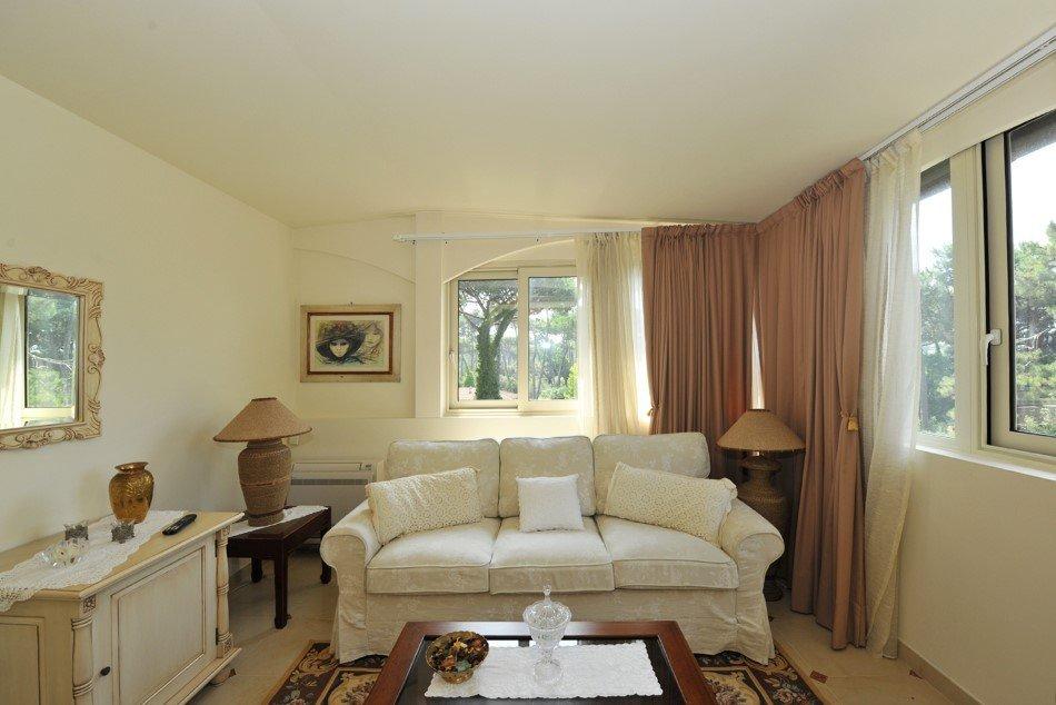Interno camera con divano
