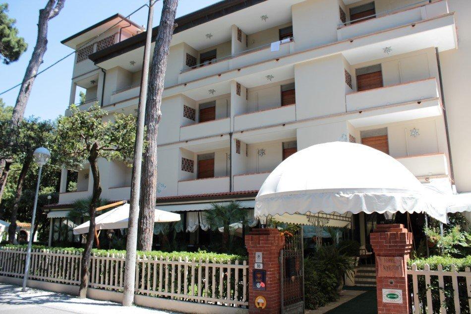 facciata hotel con camere con balconi