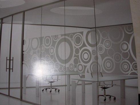 vetrata ufficio con decoro in sabbiatura