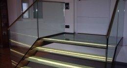 scalini in vetro e parapetti
