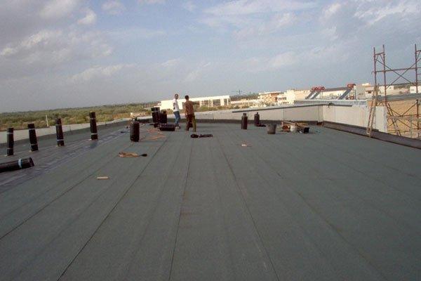 operai preparano i rotoli di materiale per il rivestimento