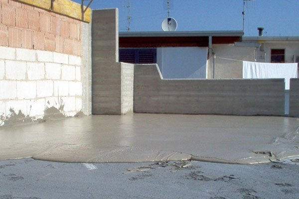 copertura di una  terrazza con cemento