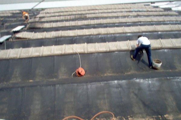 operaio su tetto
