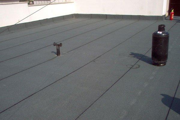 angolo di un tetto grigio