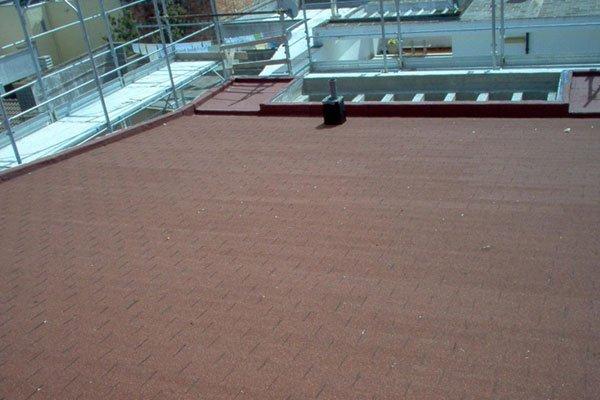 tetto e impalcatura sullo sfondo