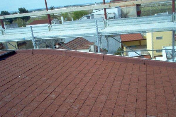 primo piano di tetto nuovo e impalcatura sullo sfondo