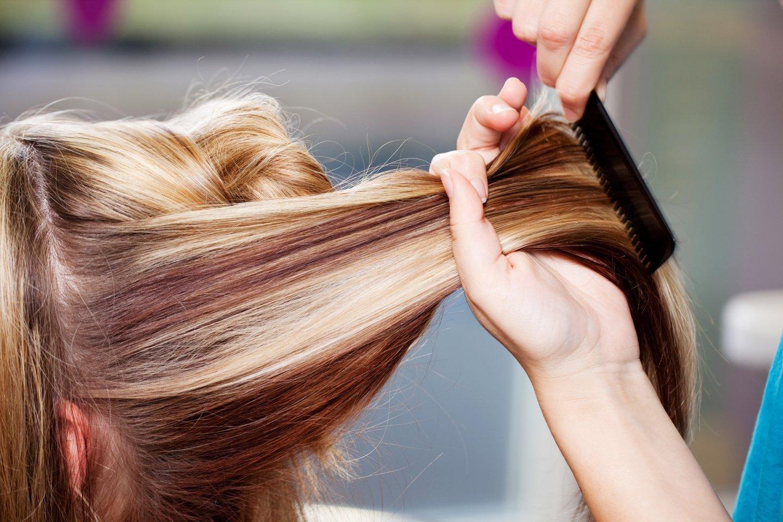 parrucchiera pettina i capelli a una cliente
