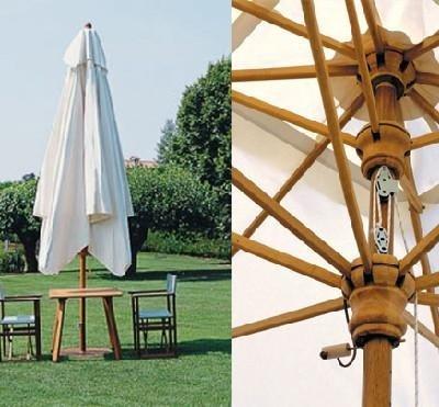 ombrellone in legno con palo centrale telescopico chiuso. A finco il meccanismo di alzata