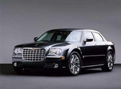 una vettura Chrysler C300 di color nero metallizzato a Salsomaggiore Terme (PR)