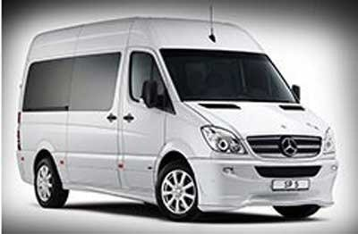 un furgone Mercedes Vito color bianco con vetri oscurati a Salsomaggiore Terme (PR)