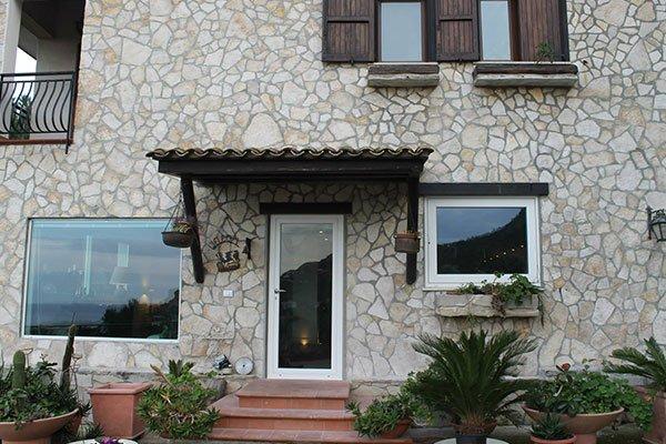 Porte e finestre di PVC bianco nella pianta inferiore, finestre di legno nel piano superiore