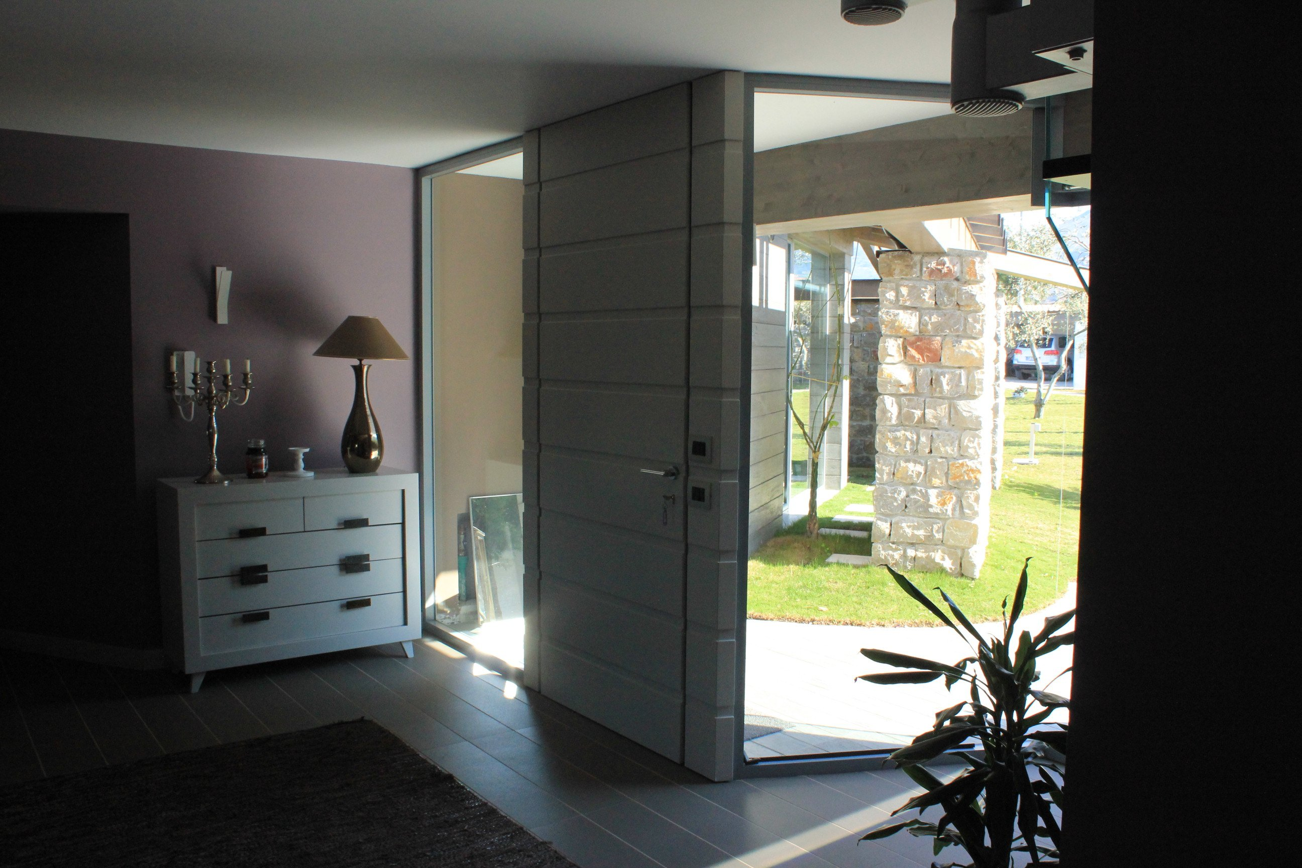 Vista di una stanza con una porta e delle piante