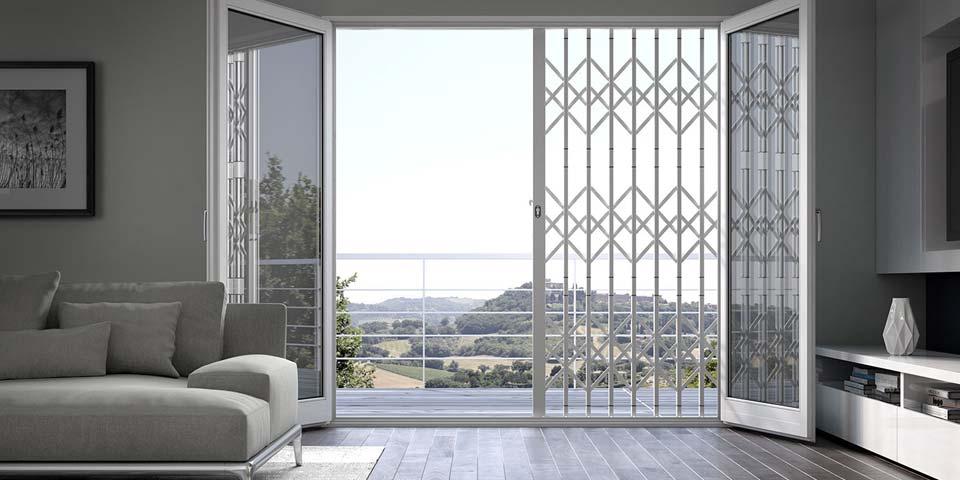 Vista di una finestra con un balcone