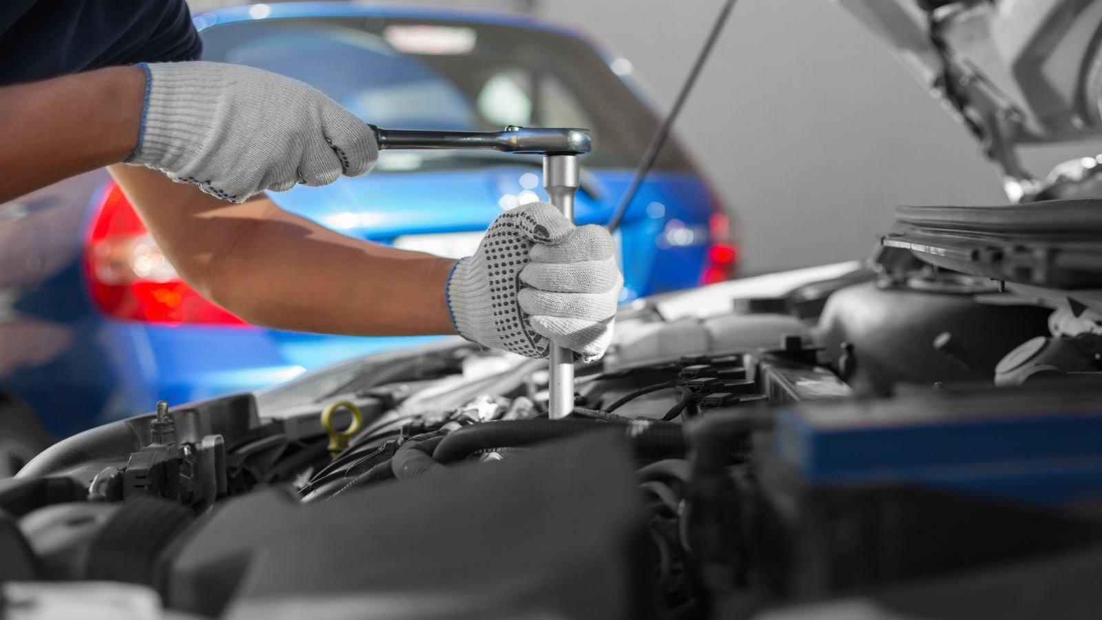 Operaio adeguando il motore
