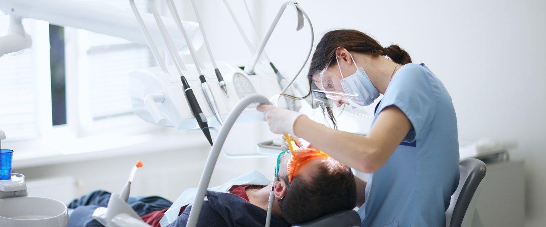 Trattamento dei denti di un'uomo a Bari