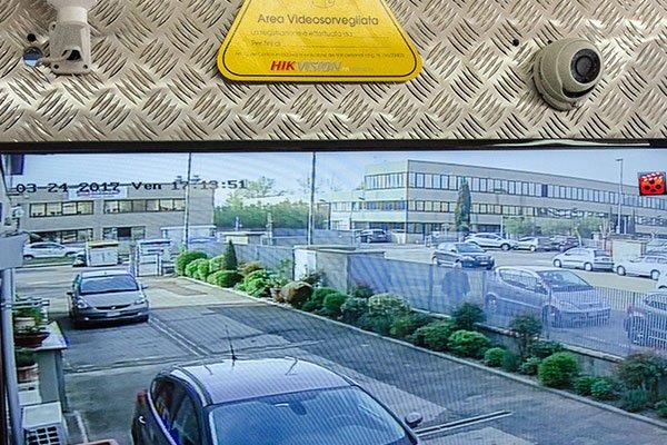 Cameras video controllo installate nell'accesso a una fabbrica