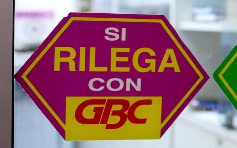 adesivo sulla vetrina con scritto qui si rilega con gbc