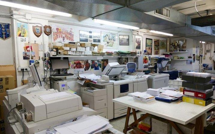 un insieme di stampanti in una stanza