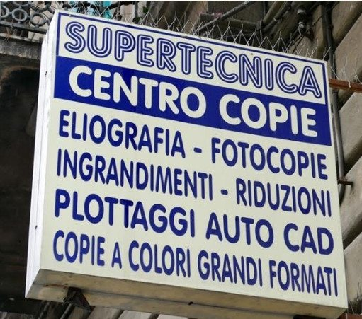 un'insegna con scritto Supertecnica Centro Copie sotto i servizi offerti