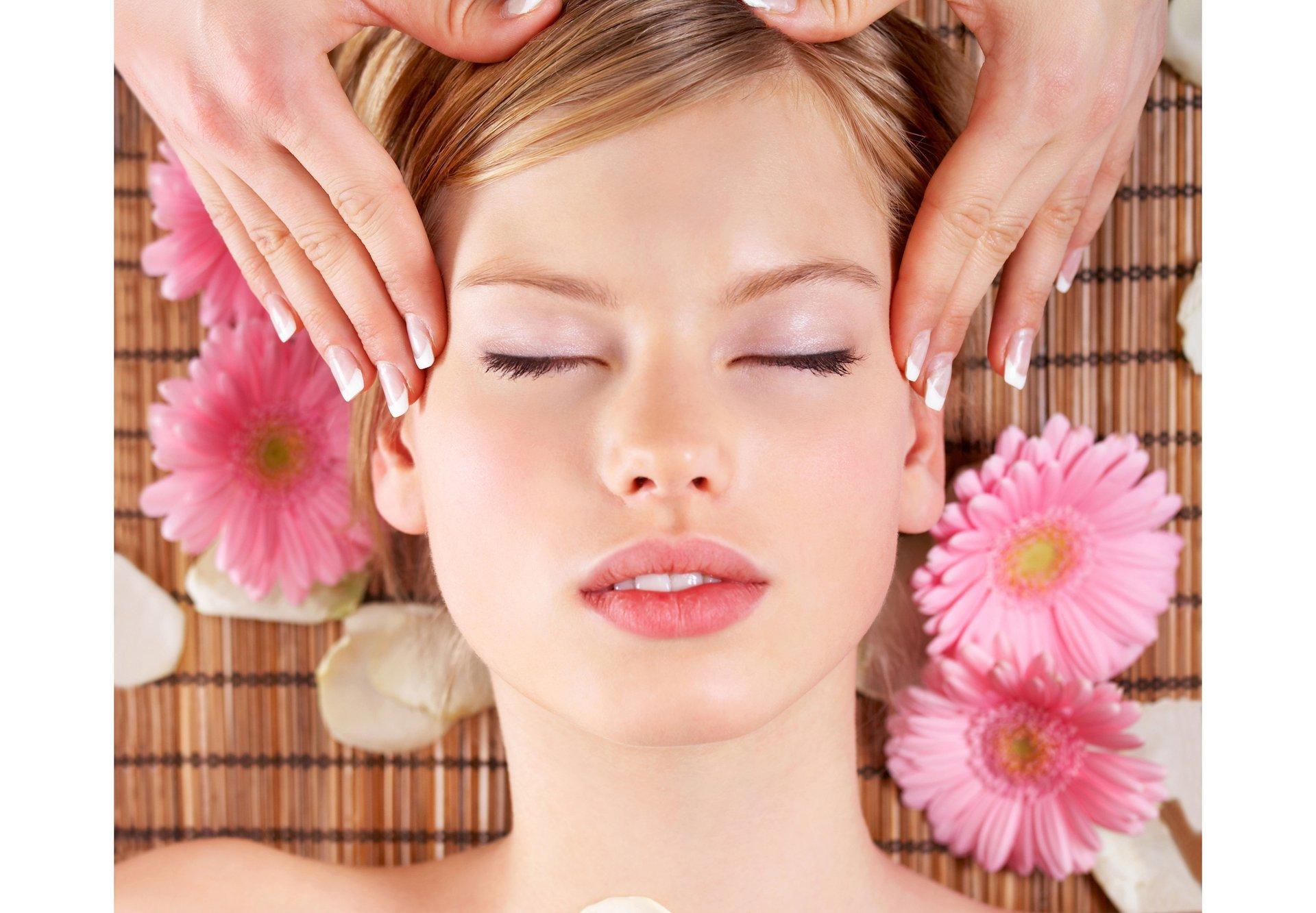 due foto di una ragazza con capelli biondi mossi con una dei fiori rosa in testa