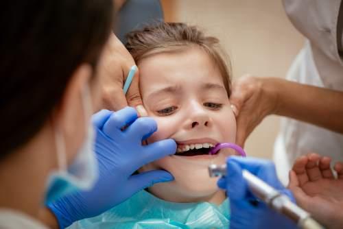 Dentista riparare un dente di bambina