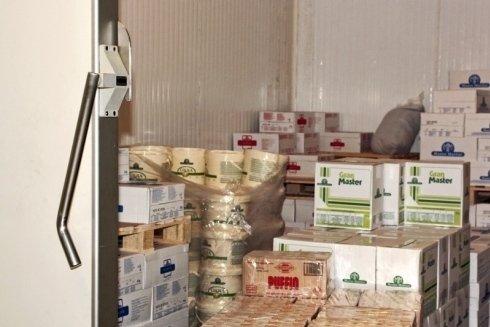 vista del magazzino con gli scaffali