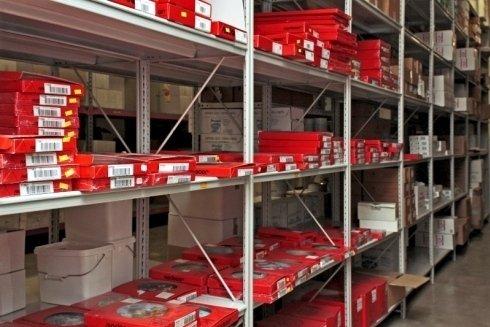 delle confezioni rosse negli scaffali