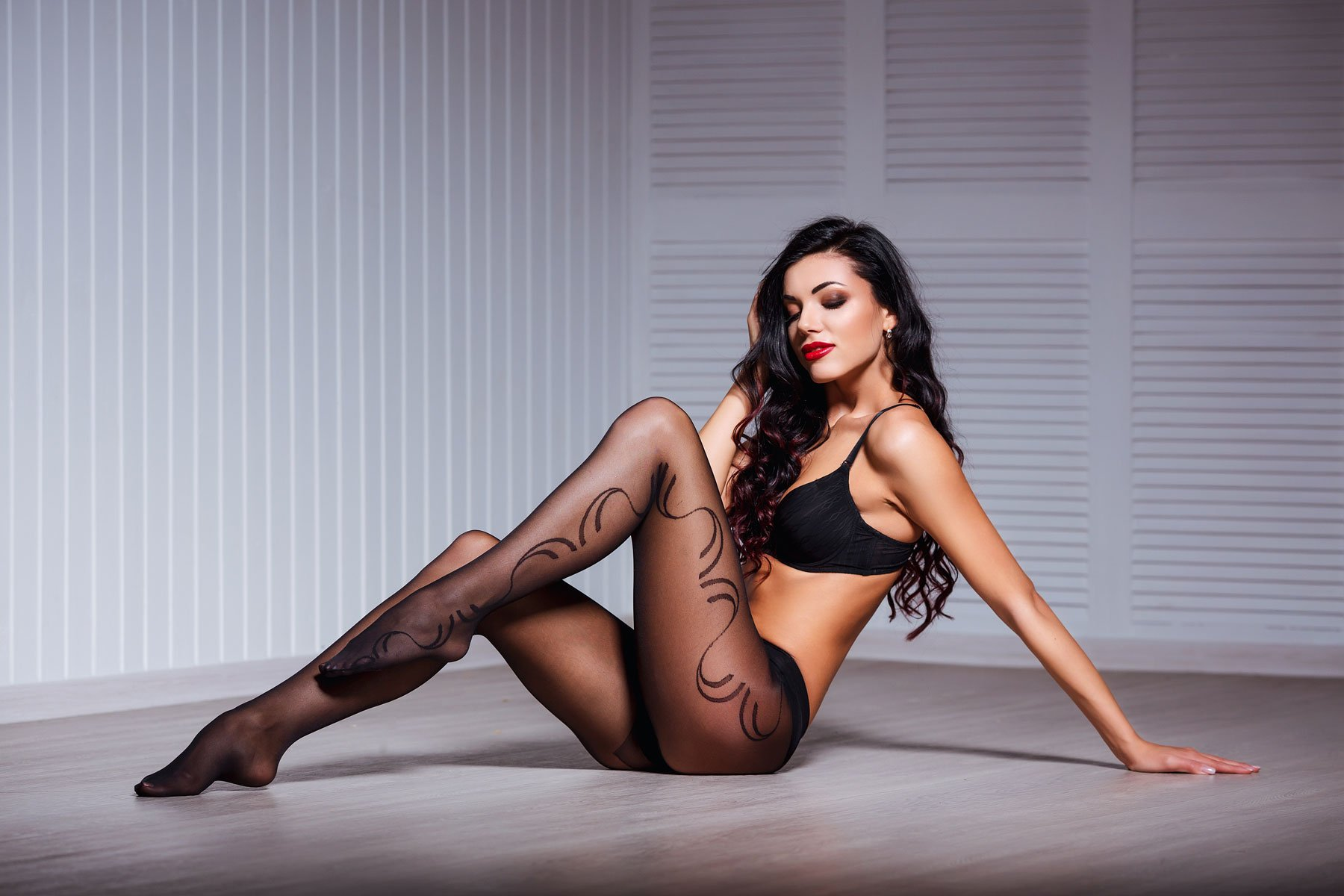 Modella in lingerie con calze ricamate