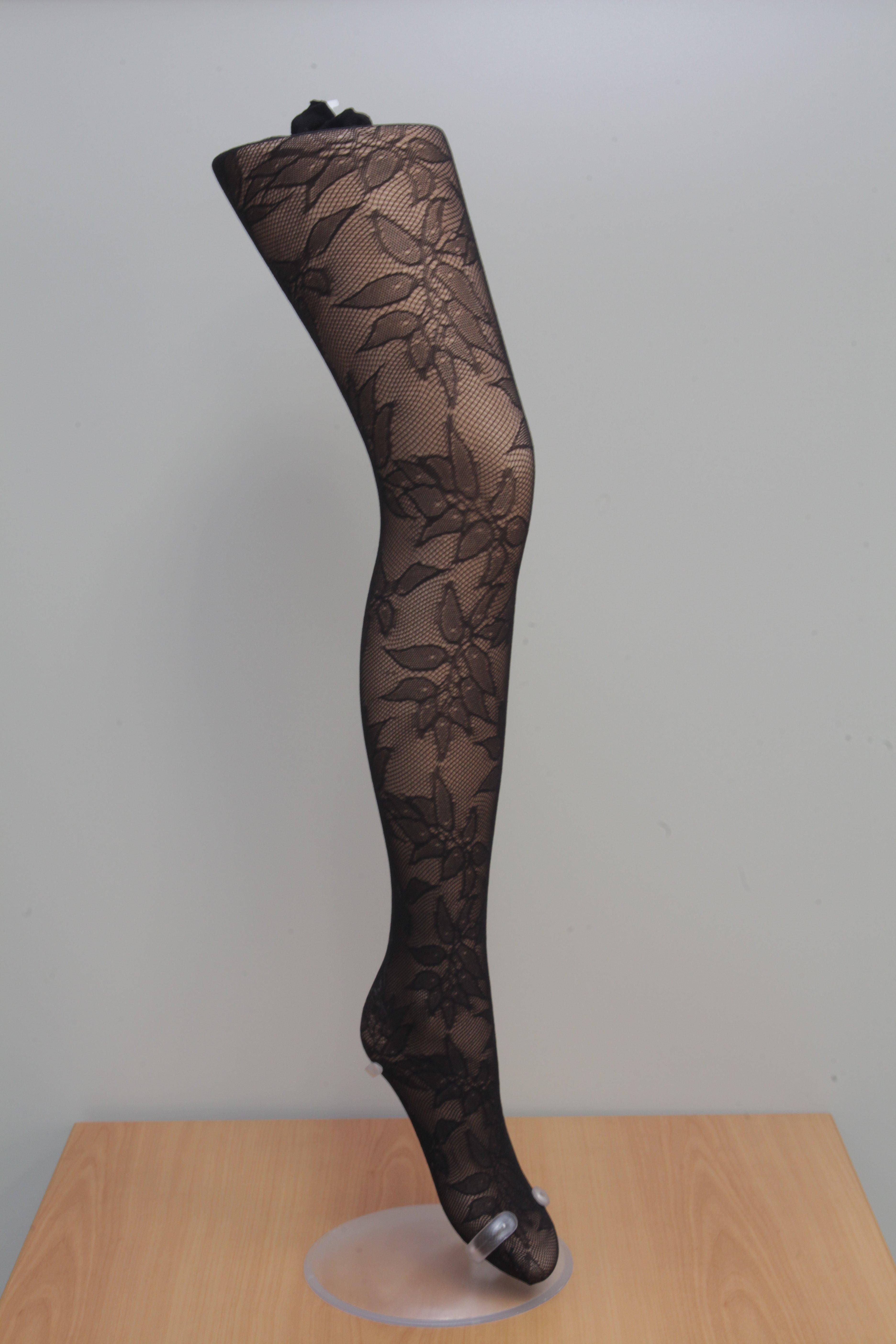Una calza nera con motivi floreali