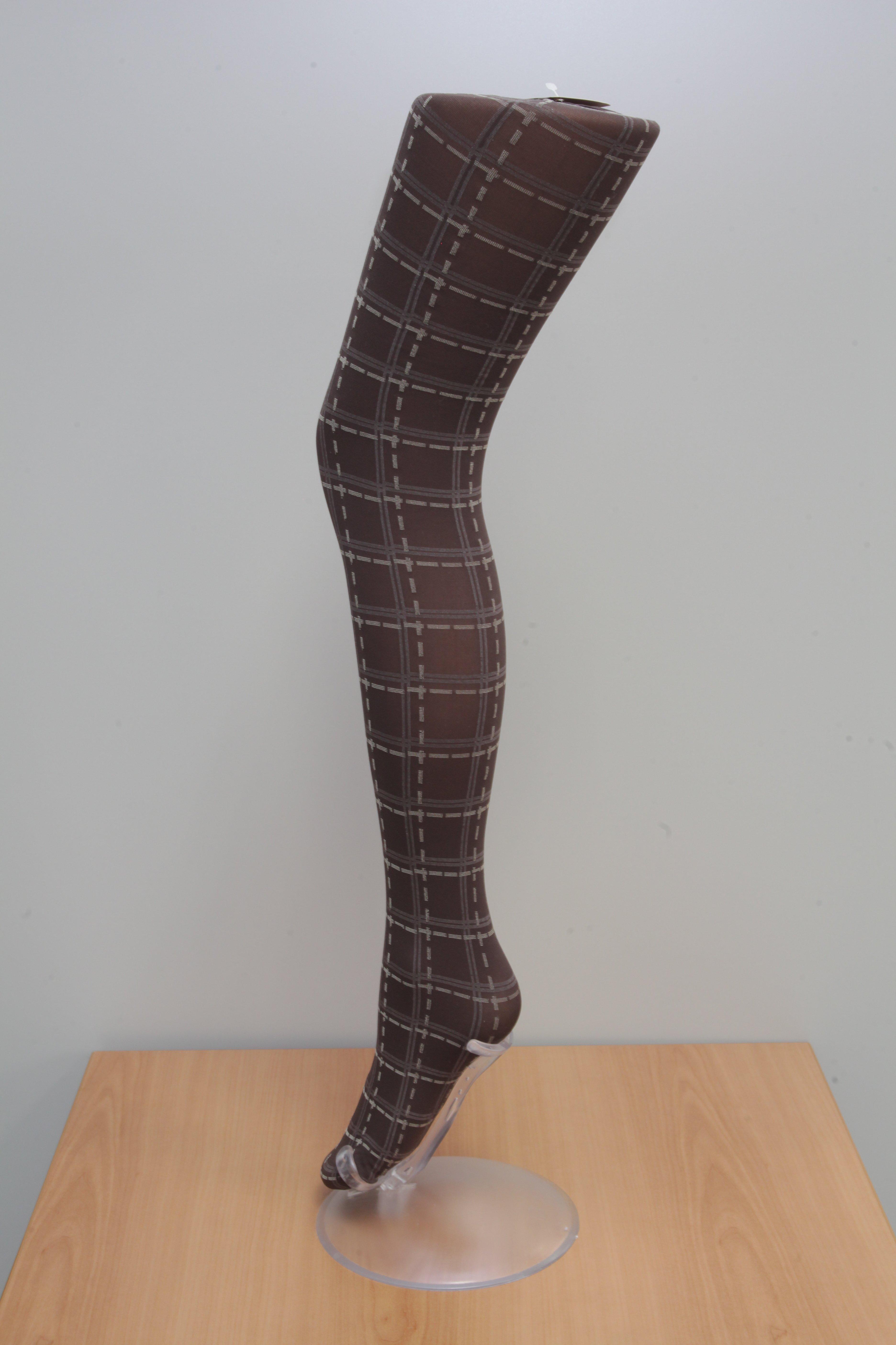 Una calza nera a quadri