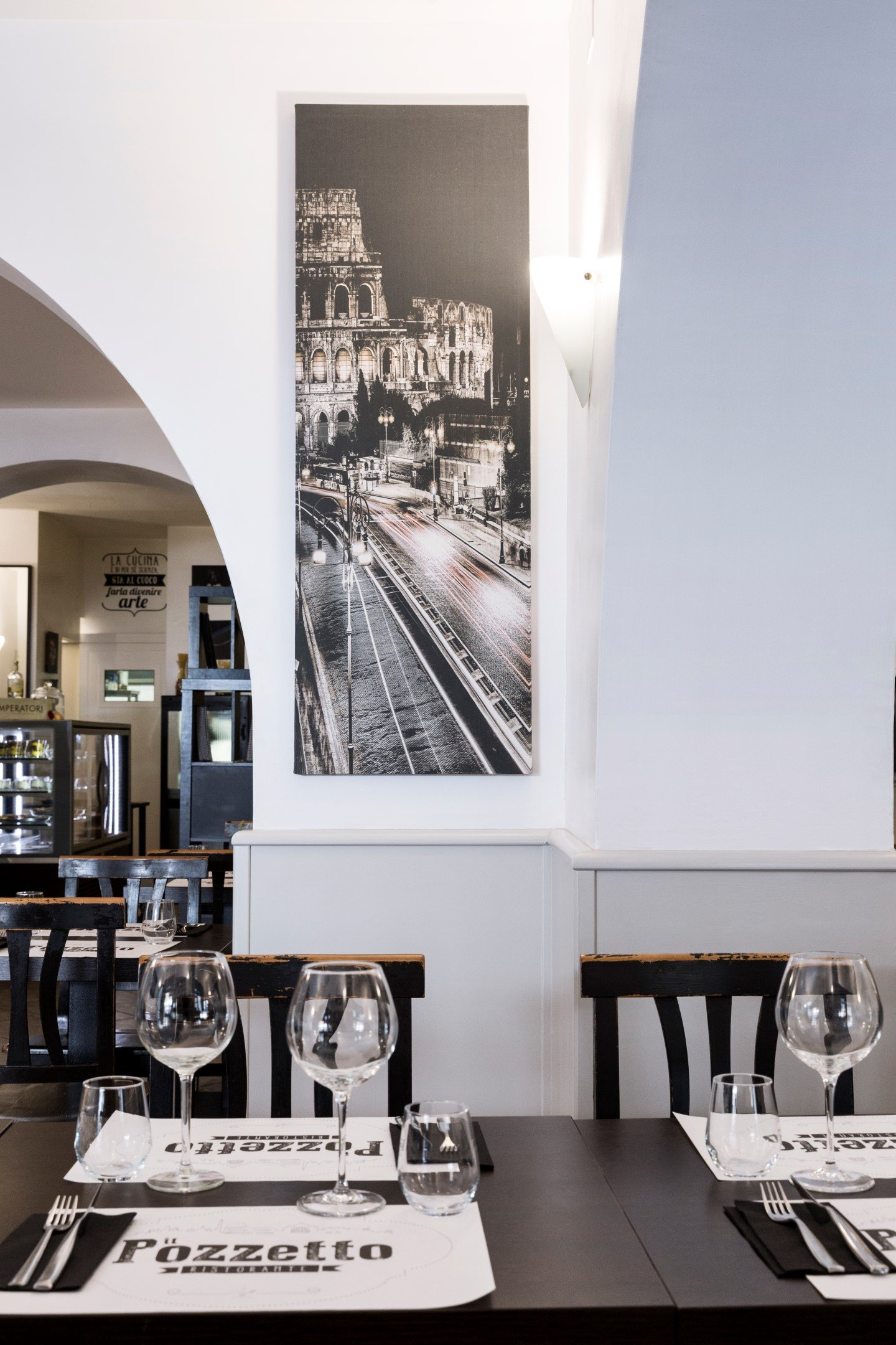 particolare interno del ristorante con tavolino in primo piano