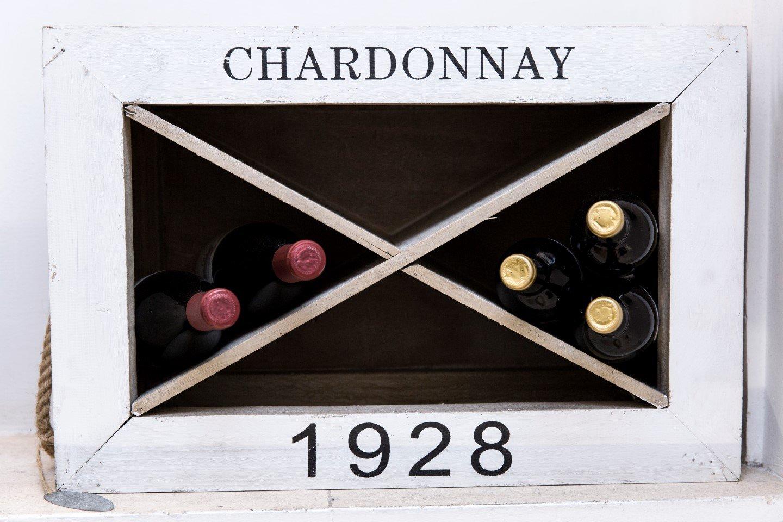 cinque bottiglie di vino in una cassetta