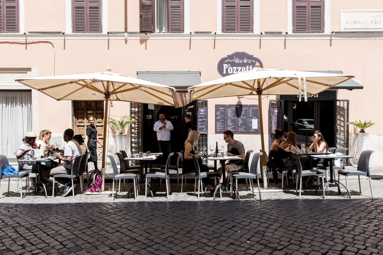 tavoli esterni del ristorante con persone sedute